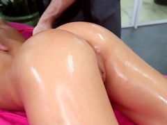 Olied goddess Rachel Roxxx gets massaged good