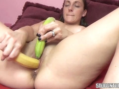 Kinky MILF Melanie Hicks is making herself cum with fruit