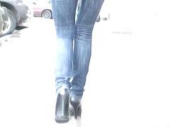 Babe jiggles her butt before a candid street cam