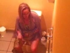 Beurette blonde toilets