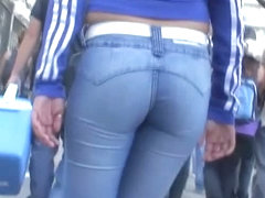 Candid voyeur video shows a huge ass in tight jeans.